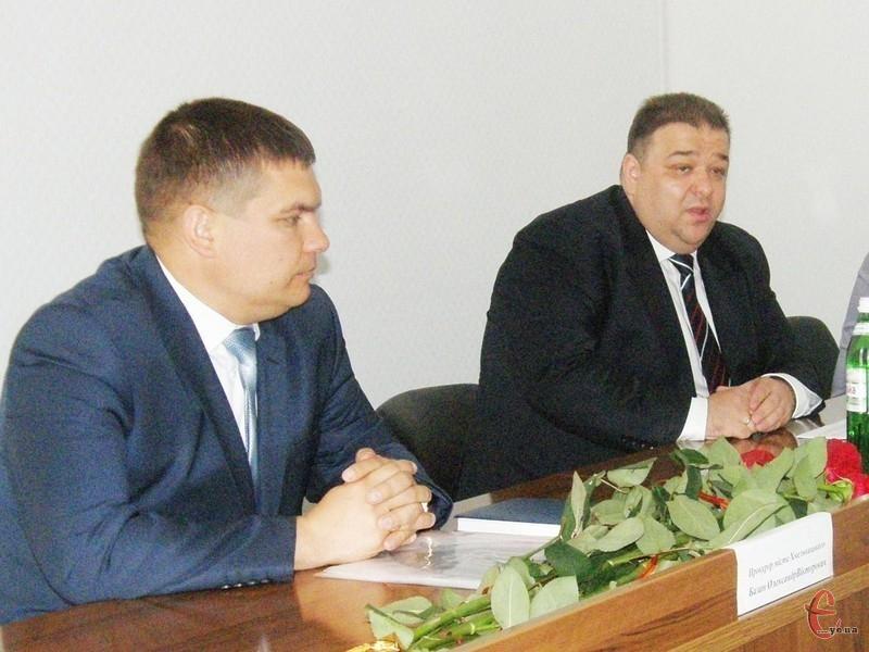 Новий прокурор Хмельницького (на фото - зліва) родом зі Славути