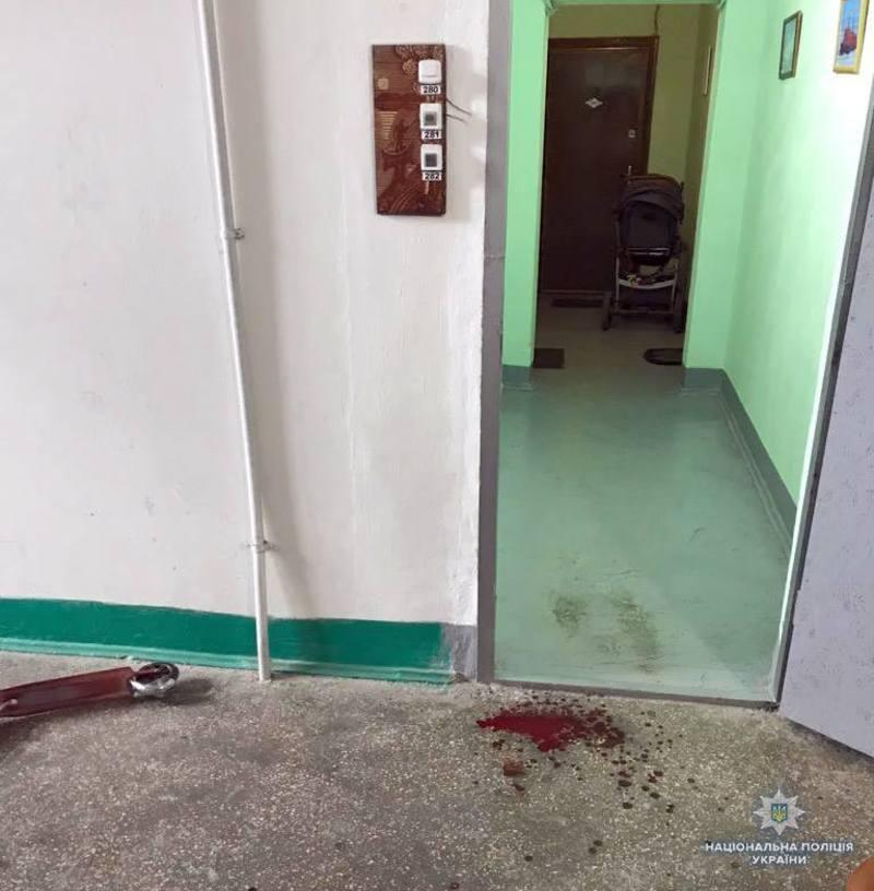 Коли дитина зайшла в тамбур, там на неї напав сусід і наніс декілька колото-різаних ран в районі попереку та передпліччя