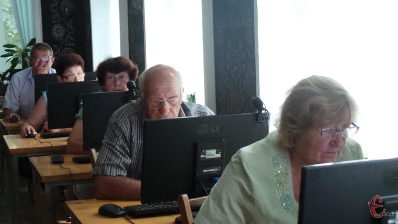 Пенсіонери тепер з комп'ютером на