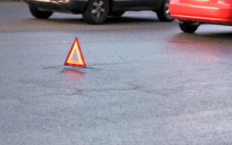 Дівчина переходила дорогу на заборонений знак світлофора