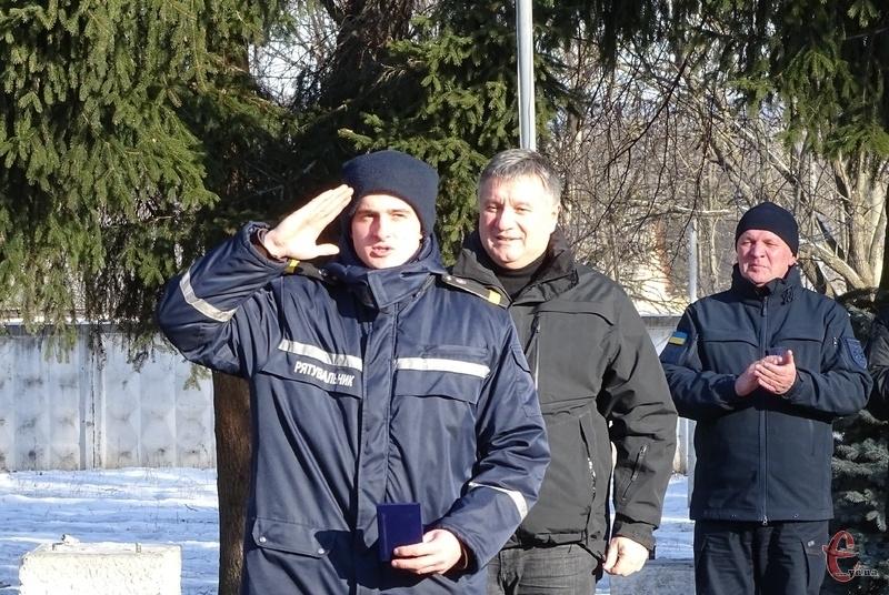 Аваков вручив сертифікати на житло та відзнаки рятувальникам