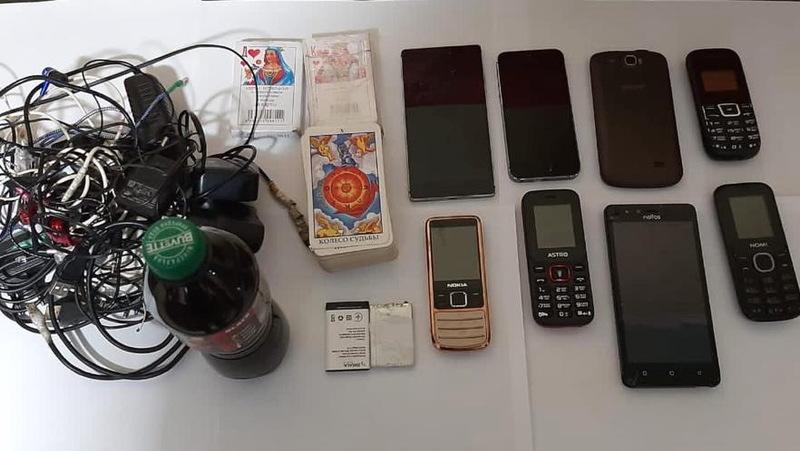 Під час обшуків вилучено вісім мобільних телефонів, три колоди гральних карт, орієнтовно десять літрів бродильної речовини
