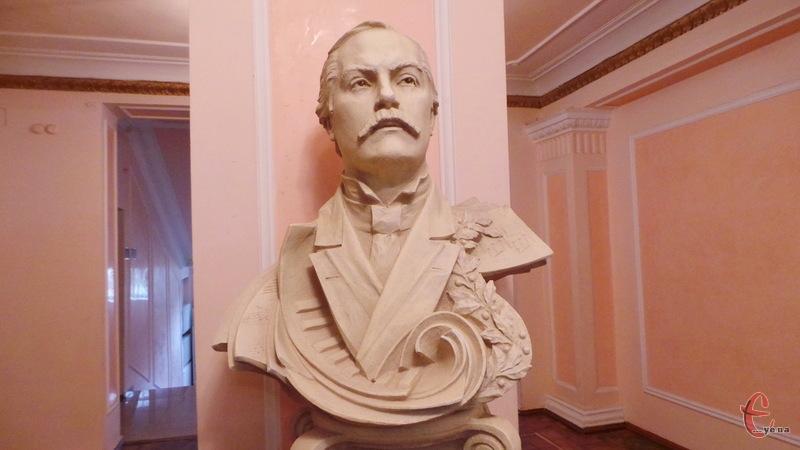 Скульптуру  Миколи Лисенка в хмельницькій філармонії зробили два майстри зі Львова
