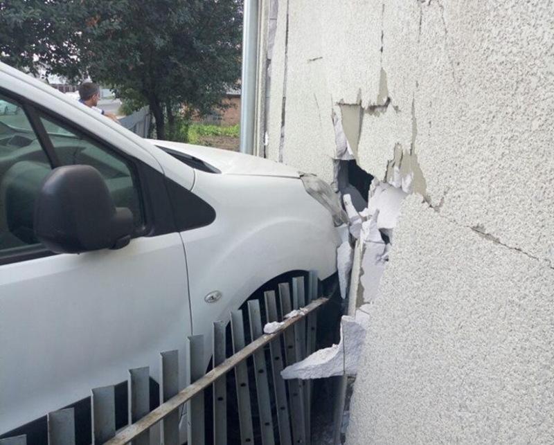 Що стало причиною того, щоб автівка врізалася в будівлю, з'ясує експертиза