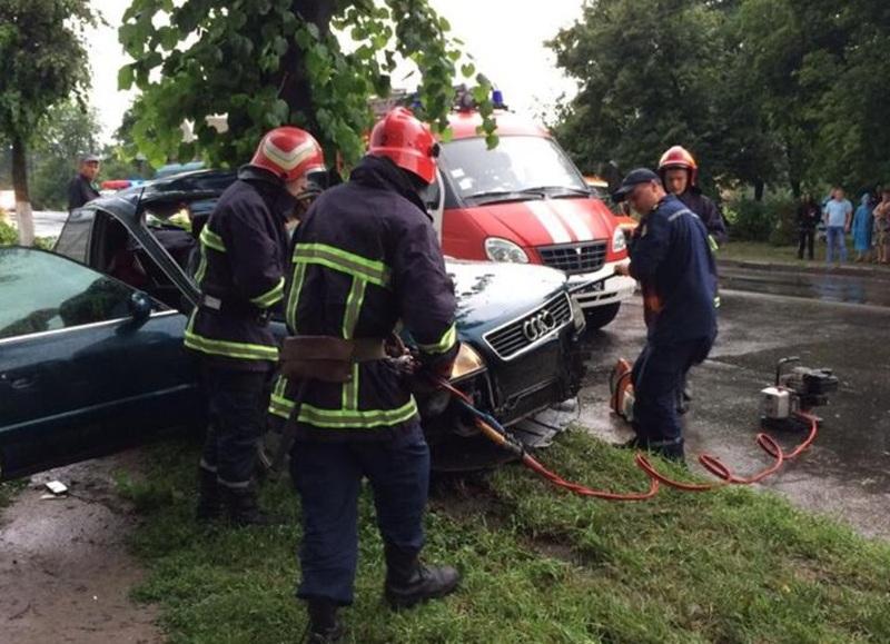 Водія діставали рятувальники