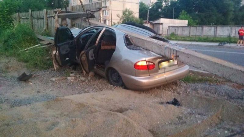 Автомобіль врізався в електроопору