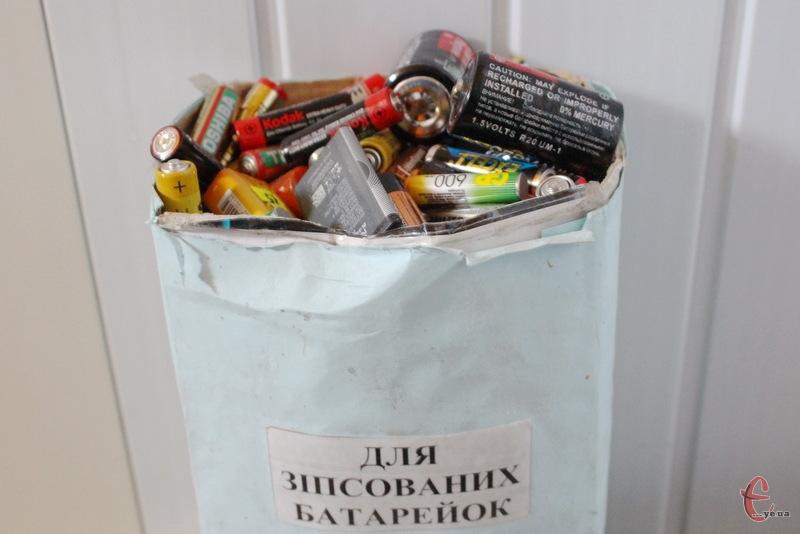 Викидаючи батарейки в смітник, вони потім забруднюють навколишнє середовище
