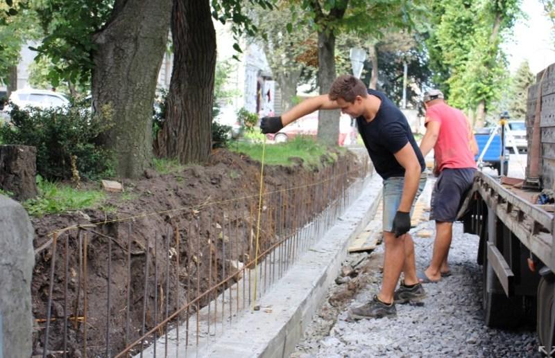 Облаштовують тротуари у різних мікрорайонах