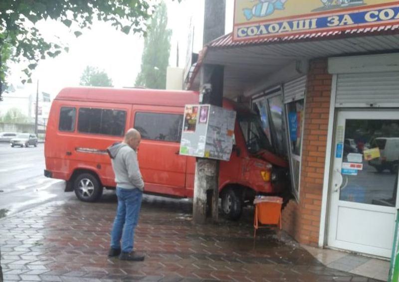 Мікроавтобус в'їхав у кіоск