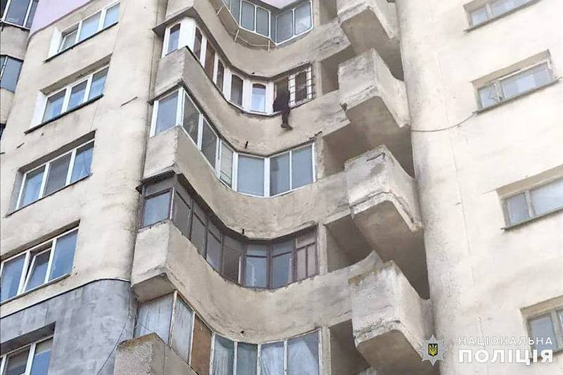 Молодика затягнув всередину й передав медикам слідчий Віталій Коржук