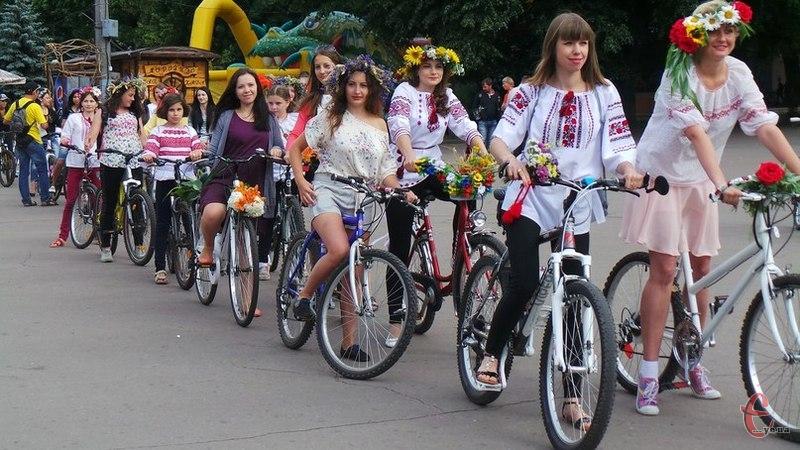Цього разу дівчата на велопарад одягли вишиванки та почепили віночки з квітів