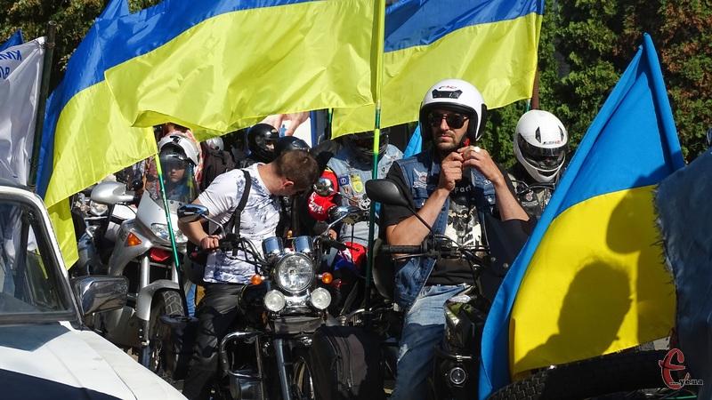 Байкери і автомобілісти провезли містом державні прапори
