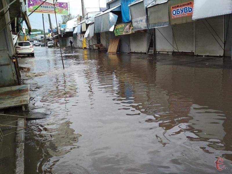 Через зливу продавці змушені були закрити свої торгові місця