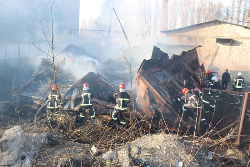 Рятувальники ліквідували пожежу на складі з відходами пластику