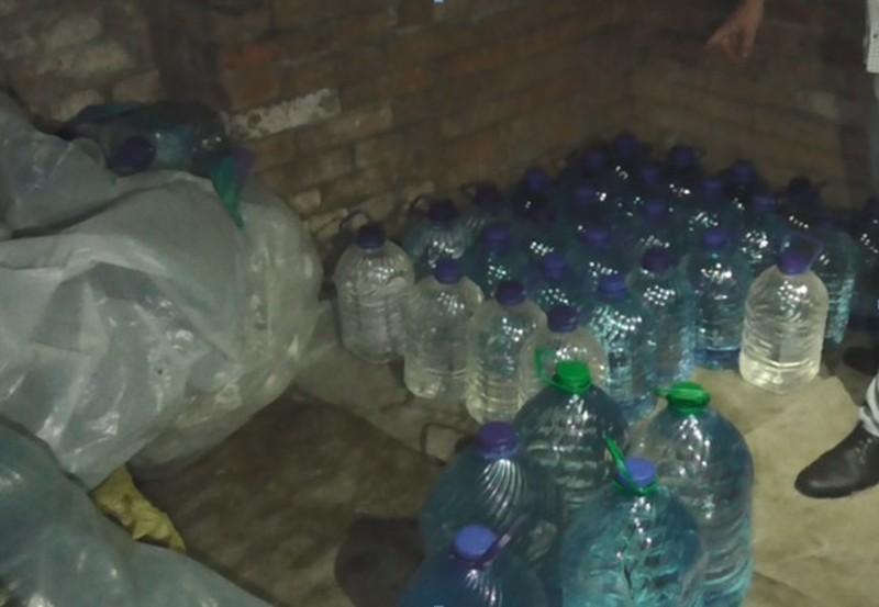 Сурогатний алкоголь розливали в одному з гаражів Хмельницького