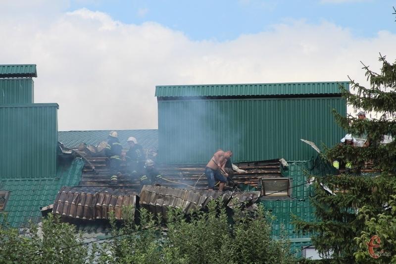 Вогнеборці разом із працівниками готельно-ресторанного комплексу рятують будівлю