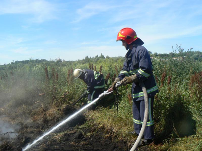 Пожежники намагаються ліквідувати пожежу торф'яників