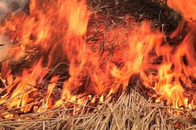 У селі на Дунаєвеччині згоріла тонна сіна