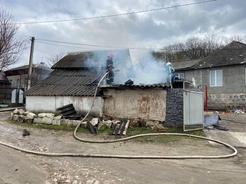 У Городку на вулиці Саксаганського полум'я охопило 40 квадратних метрів господарчої споруди