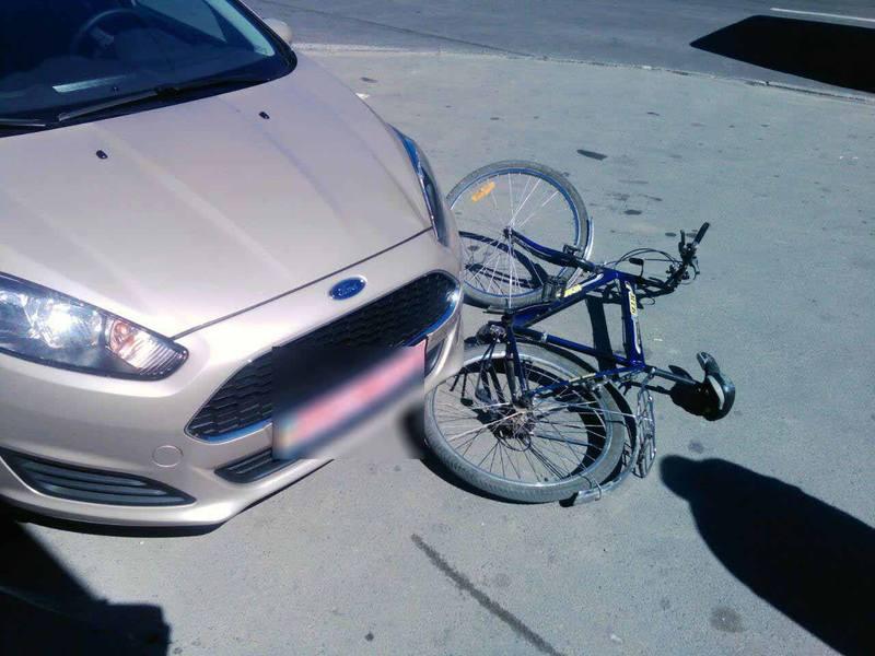 Автомобіль не розминувся з велосипедистом