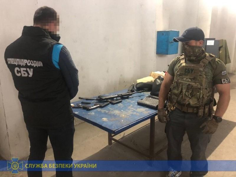 У громадянина Франції виявили автомат і три пістолети