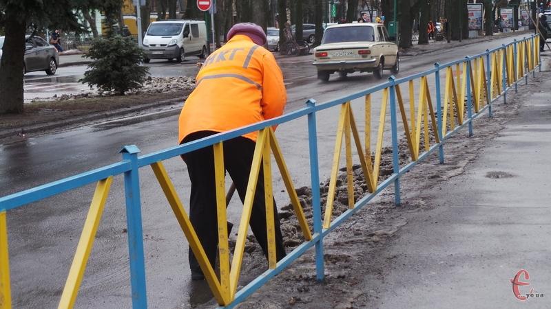 Двірники Хмельницького отримають більшу заробітну плату