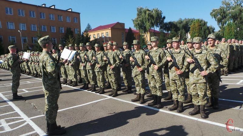Стримуючи хвилювання, строковики давали клятву на вірність народу України та державі