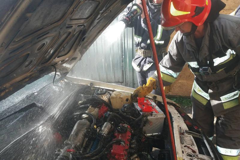Попередньо, автомобіль загорівся через порушення правил пожежної безпеки під час проведення газозварювальних робіт