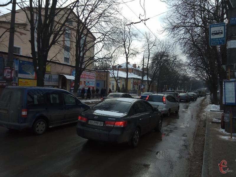 Через перекриття дороги, у Хмельницькому утворився затор