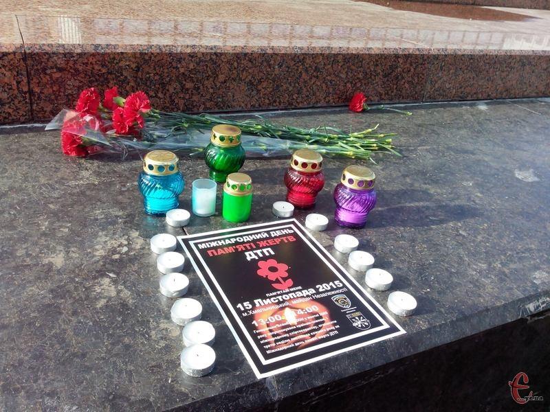 Свічки та квіти - знак того, що про жертв доріг пам'ятають