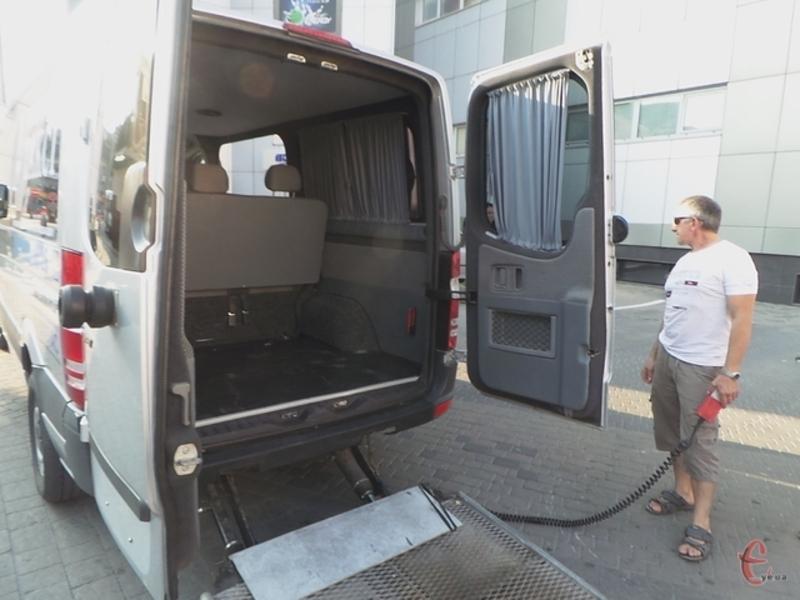 У Хмельницькому три спеціальні автомобілі безкоштовно возитимуть людей з особливими потребами