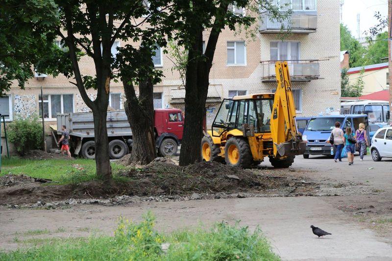 На Гречанах ремонтують прибудинкові території
