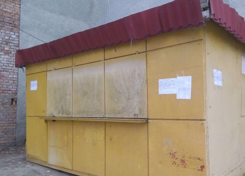 На вулиці П. Мирного демонтують незаконну тимчасову споруду
