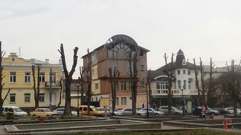 На Грушевського уже закінчили омолоджувати дерева