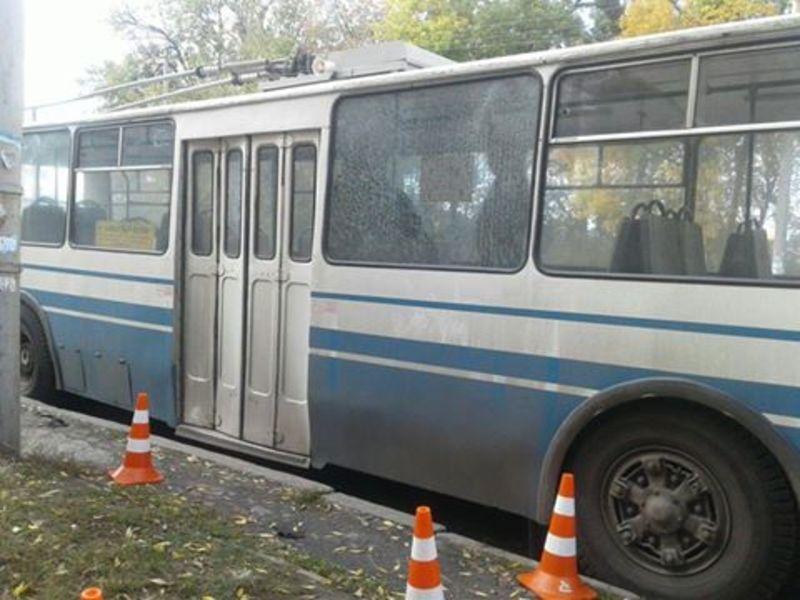 Тролейбус обстріляли на