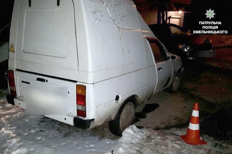 У дворі будинку зловмисники обікрали припаркований «ЗАЗ Таврія»