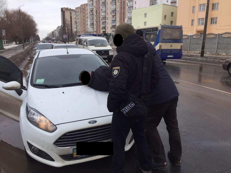 У Хмельницькому затримали правоохоронця, який вимагав та одержав неправомірну вигоду