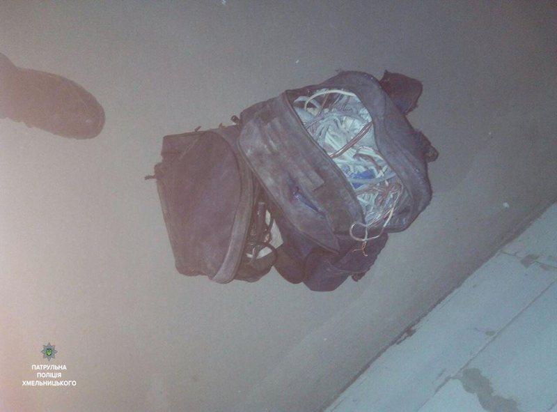У чоловіка була сумка із кабелями