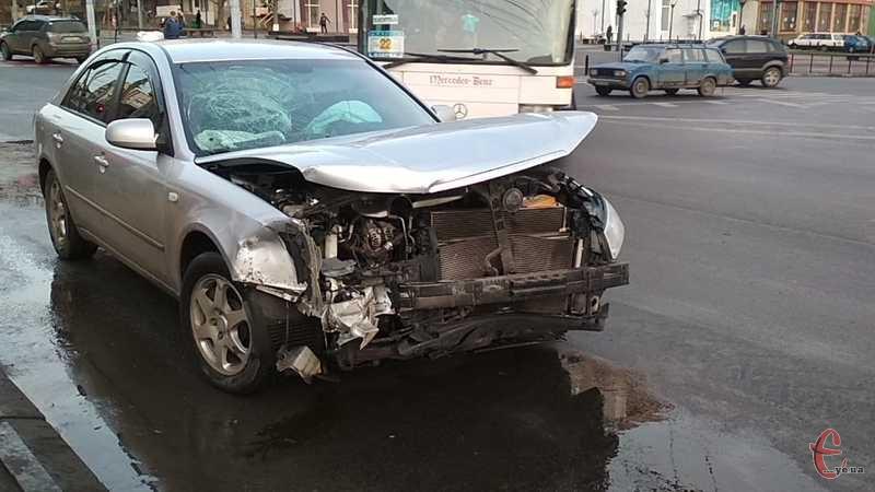 Аварія сталася на перехресті вулиць Бандери та Зарічанської