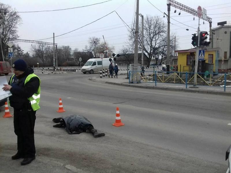 Жінка переходила дорогу на зелене світло світлофора