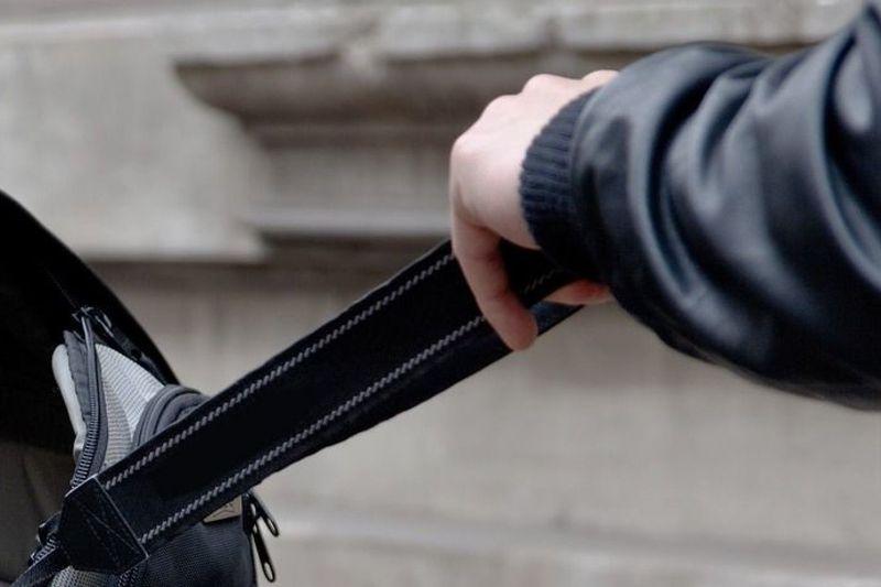 Зловмисник вихопив у жінки, яка стояла на зупинці, рюкзак і почав утікати у двір прилеглого будинку