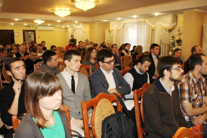 Обговорити можливу народну Конституцію в Хмельницькому зібралися декілька десятків громадських активістів