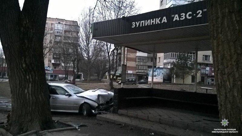 У Хмельницькому автомобіль BMW врізався в зупинку громадського транспорту