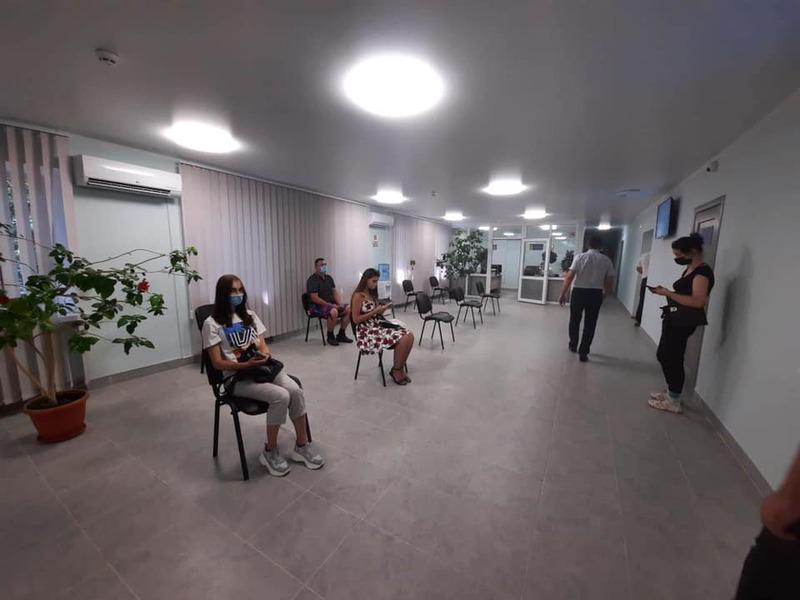 У новому приміщенні є просторий хол, де люди можуть дочекатися своєї електронної черги