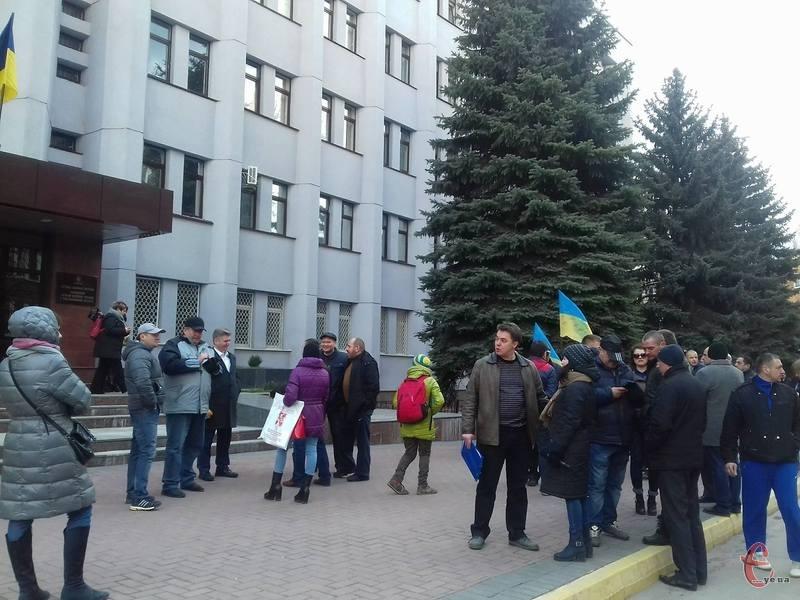 У Хмельницькому, під стінами СБУ активісти заявили, що влада пішла проти добровольців.