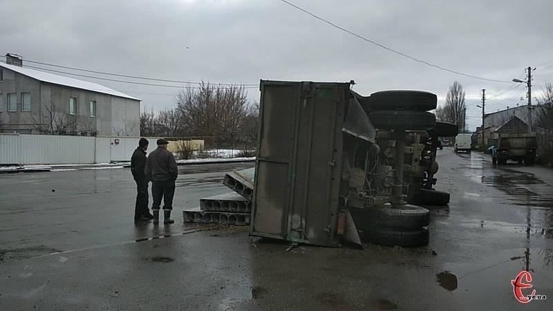 У Хмельницькому перекинулася вантажівка з бетонними плитами