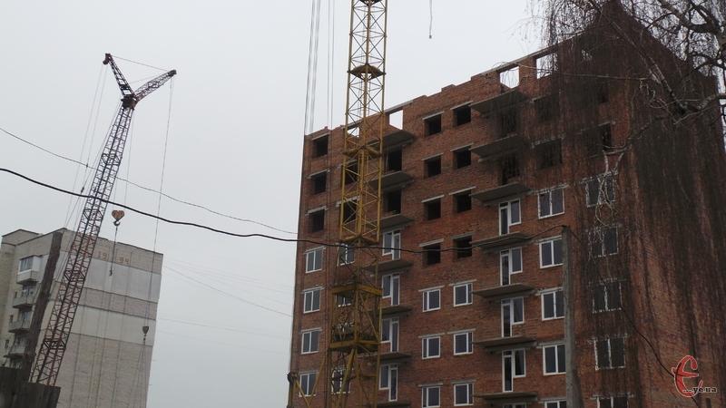 Уже завершується будівництво 32-квартирного під'їзду для військовослужбовців
