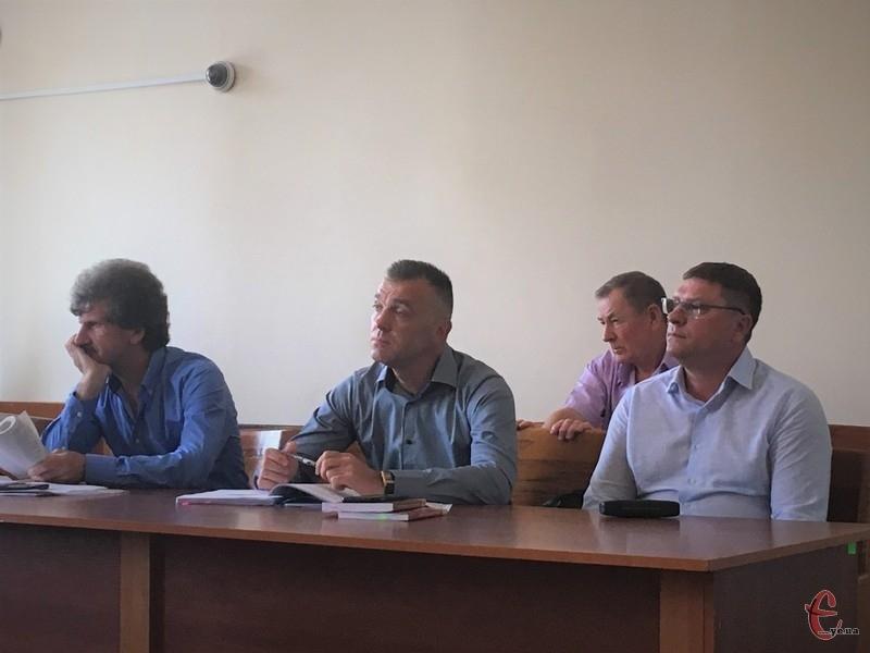 Підозрюють у нанесені легких тілесних ушкожень тодішнім школярам Костянтина Костюка (праворуч)