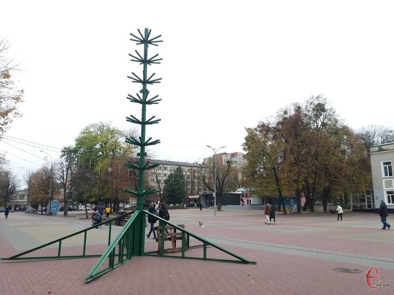 В центрі міста вже почали зводити 18-метрову ялинку