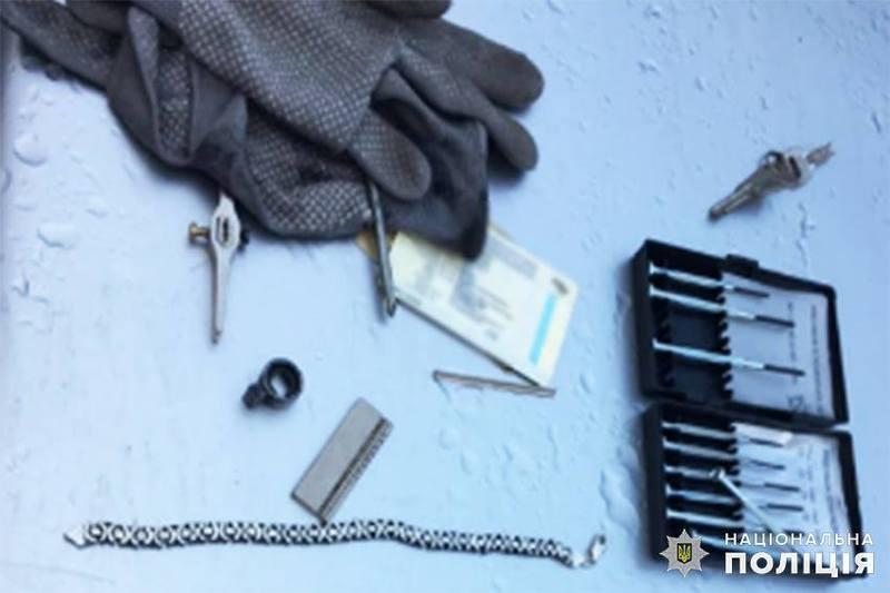 Співробітники кримінальної поліції затримали підозрюваного поблизу ломбарду, куди він привіз здавати викрадені ювелірні вироби